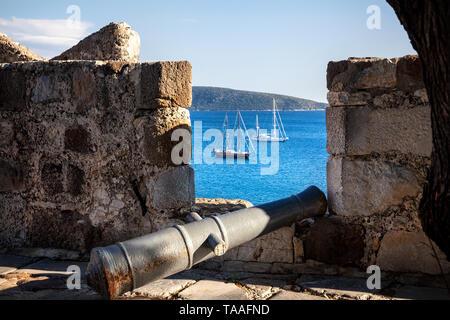 Vue de la baie avec des bateaux en mer Égée depuis le mur de château de Bodrum, Turquie Banque D'Images
