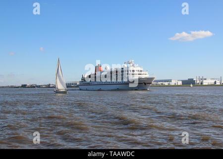 Bateau à voile sur l'Elbe en face de Blankenese Banque D'Images