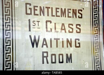Old fashioned signe pour 'Là haut' 1re classe Salle d'attente' dans une fenêtre sur une plate-forme à la gare à Bolton, Lancashire