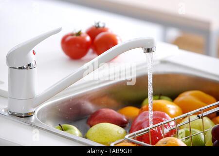 Fruits en conteneurs lavés Banque D'Images