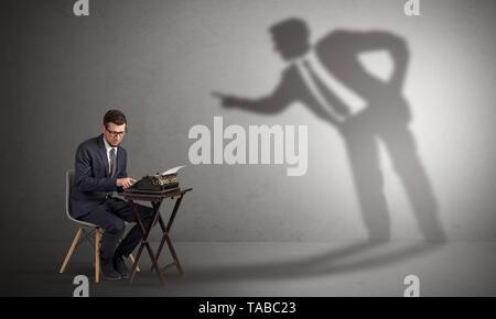 Petit homme travaillant et une grande ombre disputer avec lui Banque D'Images