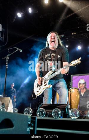 Indio, en Californie, le 26 avril 2019, Bret Michaels Band sur scène l'exécution à une foule énergique le jour 1 de la Malle-poste Festival de musique country.