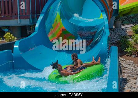 Orlando, Floride. Le 20 mai 2019. People having fun Karakare curl à Aquatica dans International Drive Area (26)