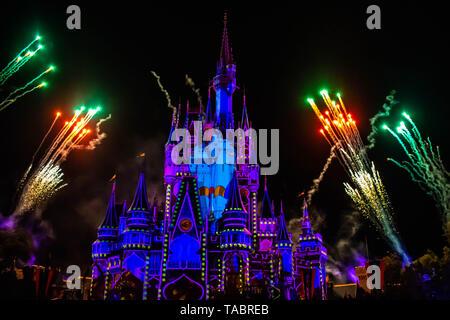 Orlando, Floride. Le 10 mai 2019. Heureux à jamais d'artifice spectaculaire est le Château de Cendrillon au sombre sur fond de nuit dans le royaume magique (26