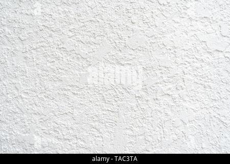 Stucco extérieur mur blanc, utile comme arrière-plan photo. Prix pour la copie et le texte. Le matériau est texturée et stuc peint en blanc. Banque D'Images