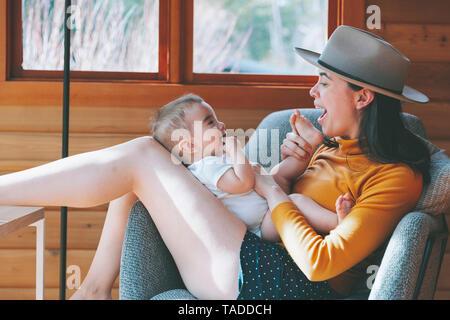 Mpother à jouer avec son bébé dans un lodge Banque D'Images