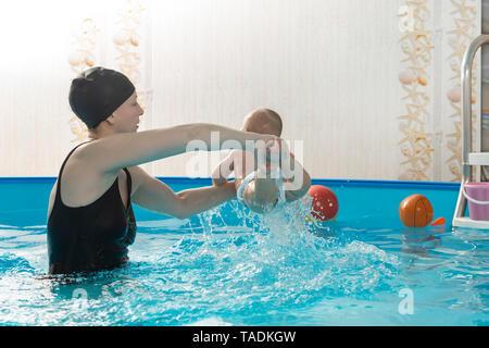 Bébés nageurs, mère-fille, avec piscine Banque D'Images