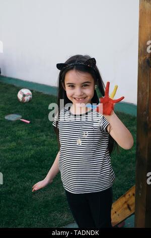 Girl smiling et montrant son palm peint Banque D'Images