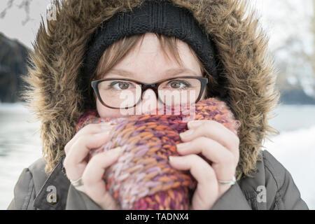 Portrait de femme avec foulard en hiver