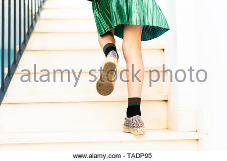 Girl jupe vert tournant à l'étage Banque D'Images