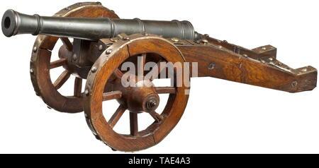 Un modèle de campagne de style 17ème siècle en bronze à canon conique 19 mm calibre segmenté par des cerceaux, canon et bloc avec épaulement cascabel en forme de goutte. Un trou d'aération sur le côté supérieur. Longueur du canon 38 cm. Oakwood transport avec des raccords en laiton. Longueur 64 cm., historique, historique, de canons d'artillerie, de canons, d'armes à feu, arme à feu, d'armes à feu, armes à feu, d'armes, d'armes, l'arme, le bras, appareil de combat, militaire, militaria, objet, objets, alambics, clipping, coupures, cut out, cut-out, cut-outs,-Additional-Rights Clearance-Info-Not-Available