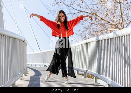Jeune danseur contemporain sur une passerelle Banque D'Images