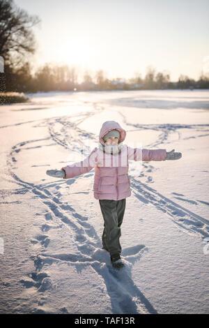 Portrait de petite fille debout sur le champ de neige