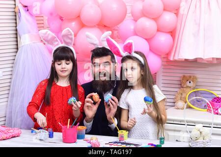 Les valeurs de la famille, de l'enfance, de l'article famille heureuse de célébrer l'amour de vacances de printemps Banque D'Images
