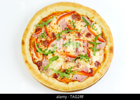 De délicieuses pizzas appétissantes avec sauce tomate, mozzarella, viande fumée, poivron, saucisses de chasse sur un fond blanc. Cuisine italienne. Restauration rapide Banque D'Images