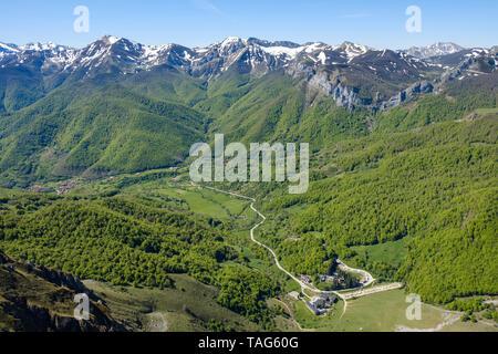 Vue panoramique de Fuente Dé village avec le parc national Picos de Europa dans l'arrière-plan vu de El Cable Station, Cantabria, ESPAGNE Banque D'Images