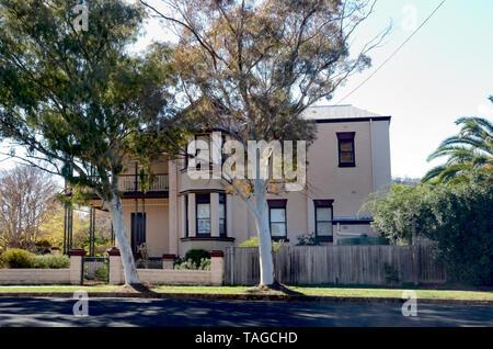 Accueil de deux étages de style édouardien australien avec deux grands arbres de gomme sur le sentier. Banque D'Images