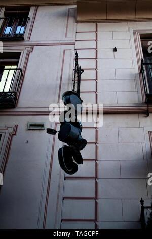 Pots et casseroles sculpture accroché au mur dans la vieille ville de Tolède Banque D'Images