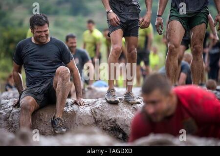 SOFIA, BULGARIE - 7 juillet 2018 - Un couple s'amuse couverte de boue et d'essayer de surmonter les obstacles à un dosage race Banque D'Images