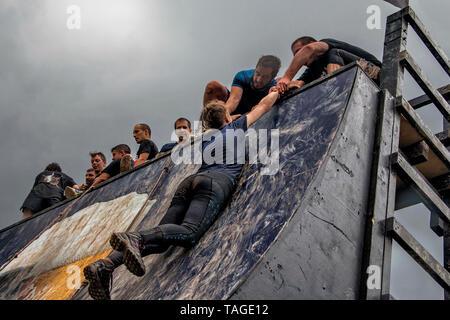 SOFIA, BULGARIE - 7 juillet 2018 - Les participants sont d'aider une femme à surmonter un obstacle mur dans une force race Banque D'Images