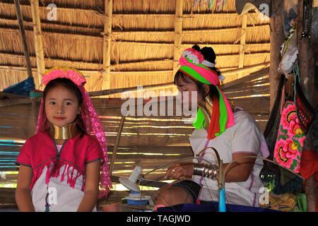 Baidjan KAREN VILLAGE, THAÏLANDE - 17 décembre. 2017: Deux jeunes filles de la tribu long cou jouant dans la cabane Banque D'Images
