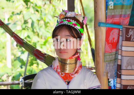 Baidjan KAREN VILLAGE, THAÏLANDE - 17 décembre. 2017: long cou fille avec Thanaka peinture sur visage et cou en laiton en bobines Banque D'Images