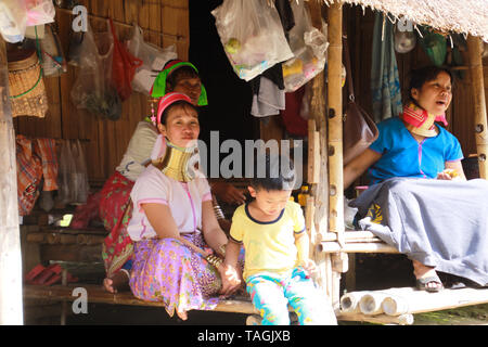 Baidjan KAREN VILLAGE, THAÏLANDE - 17 décembre. 2017 : long cou family sitting in front of a bamboo hut Banque D'Images