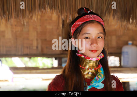 Baidjan KAREN VILLAGE, THAÏLANDE - 17 décembre. 2017: Close up portrait of young girl with long cou Thanaka peinture sur visage et cou en laiton joints toriques Banque D'Images