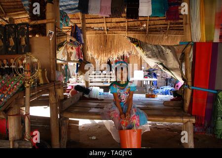 Baidjan KAREN VILLAGE, THAÏLANDE - 17 décembre. 2017: long cou fille assise seule dans une hutte au toit de chaume Banque D'Images