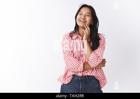 La beauté naturelle et le corps concept positif. Portrait de jeune femme séduisante assistante avec tatouage sur le bras en riant et souriant Chemisier rayé Banque D'Images
