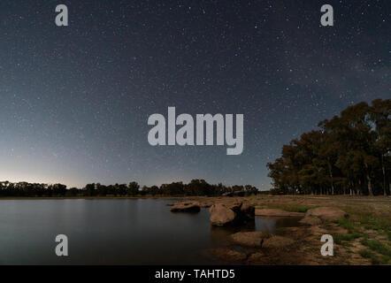 Paysage de nuit avec la lune dans le marais de Valdesalor. L'Estrémadure. L'Espagne. Banque D'Images
