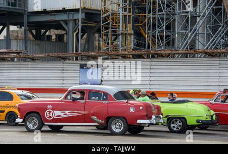 La Havane, Cuba - Les taxis sur le Malecón road face à la baie de La Havane. Classic voitures américaines des années 50, importées avant l'embargo américain, sont couramment utilisés Banque D'Images