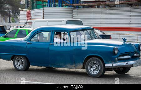 La Havane, Cuba - un taxi sur le Malecón road face à la baie de La Havane. Classic voitures américaines des années 50, importées avant l'embargo américain, sont couramment utilisés Banque D'Images