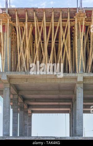 Un échafaudage en bambou soutenant un béton de ciment renforcé (RCC) dalle du toit. L'étage partiellement complété ci-dessous a été également construit de la même façon. Banque D'Images