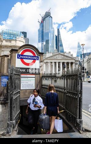 Une entrée dans la station de la banque, une station de métro de Londres. Derrière le bâtiment est Royal Exchange et gratte-ciel en verre moderne au-delà. Banque D'Images