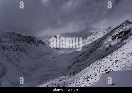 Terre, le ciel, les montagnes et les nuages: une combinaison de Leh Inde Banque D'Images
