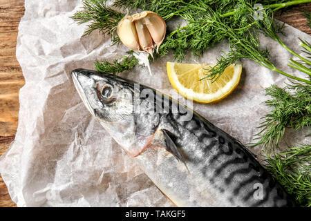 Le maquereau cru savoureux poisson à l'aneth, du citron et l'ail sur parchemin Banque D'Images