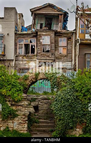 Ancienne maison en bois traditionnel turc sur Istanbul, Turquie Banque D'Images