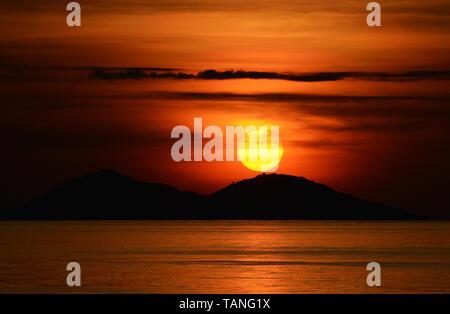 Un magnifique coucher de soleil vu de Sebayur Besar Island près de Labuan Bajo en Indonésie. Banque D'Images