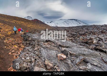 La péninsule du Kamtchatka, la Russie- 29 septembre 2014: Groupe de randonneurs marchant sur une montagne, zone volcanique, le Mont Ostry Tolbachik en arrière-plan. Banque D'Images