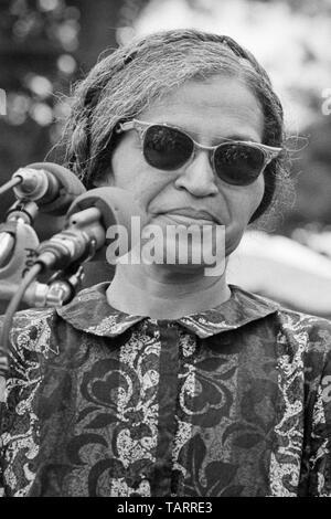 Rosa Parks, connue pour sa position contre la ségrégation raciale dans les bus de Montgomery, Alabama, parlant près du Monument de Washington à la Poor People's March on Washington à Washington, D.C. le 19 juin 1968. Banque D'Images