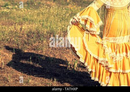 Femme de l'ombre sur le sol habillé en robe flamenco jaune avec franges et châle de Manille Banque D'Images