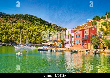 Maisons colorées dans le village d'Assos, l'île de Céphalonie, Grèce Banque D'Images