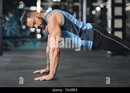 Jeune homme sportif sport en faisant pushups
