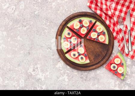 Tranches de pastèque juteuse pizza avec les bleuets et bananes Banque D'Images