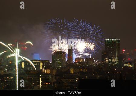 De nouvelles années d'artifice au-dessus London Skyline at Night en Angleterre