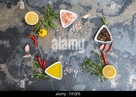 L'alimentation saine manger propre sélection: fruits, légumes, graines, superfood, céréales, légumes feuilles sur fond de béton gris copy space Banque D'Images