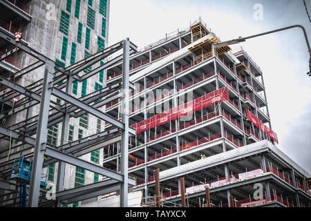 Dublin, Irlande - 12 Février 2019: bâtiment en construction dans le nouveau quartier de haute technologie sur les quais un jour d'hiver Banque D'Images