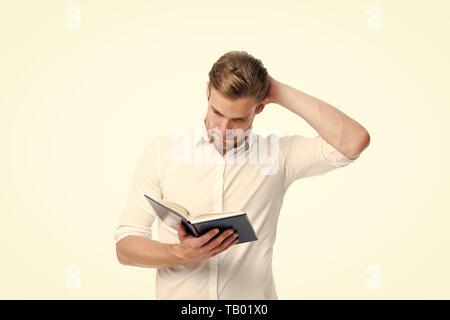 Personne mâle concentré de regarder des papiers. Une pleine concentration au travail. Malade et fatigué. travailler dur. De grandes décisions. Choix difficile à faire. Il a besoin d'un avis d'experts. Banque D'Images