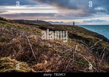 La baie de Cardigan avec cairn de pierre marquant l'entrée à Porthgain port depuis le sentier de la côte du Pembrokeshire, Pays de Galles, le Parc National de Pembrokeshire Banque D'Images
